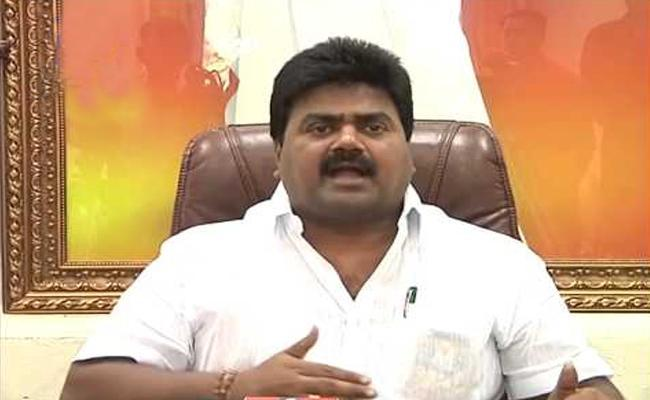 NGO Leaders Slams On Kuna Ravi Kumar Over Comments On Employees In Vijayawada - Sakshi
