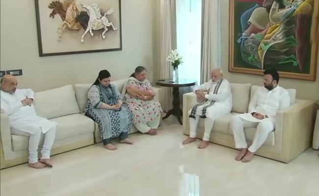 PM Modi Meets Arun Jaitley Family Members - Sakshi