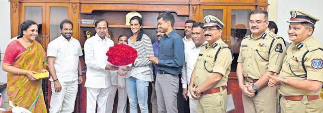 TELANGANA CM KCR felicitates PV Sindhu - Sakshi