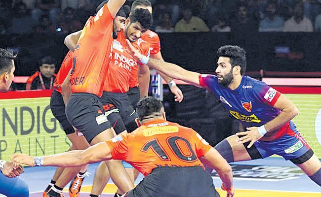 Dabang Delhi Beats U Mumbai In Pro Kabaddi - Sakshi