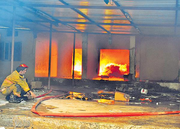 Heavy fire accident in Cherlapalli Industrial area - Sakshi