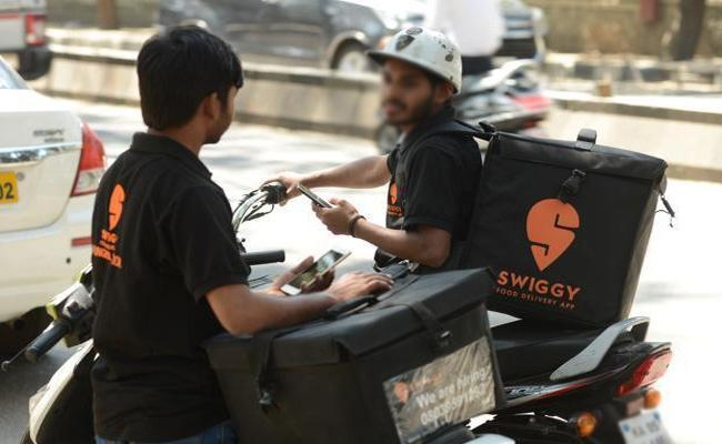 Swiggy And Zomato Cutting Commissions to Delivery boys - Sakshi