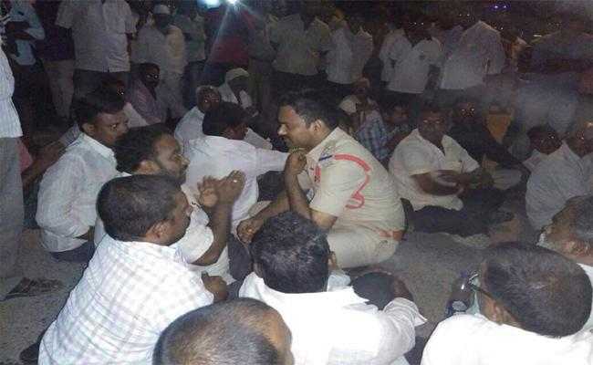 Tadikonda SI Not Booked A Case Against Those Who Degrade YSRCP Over Social Media - Sakshi