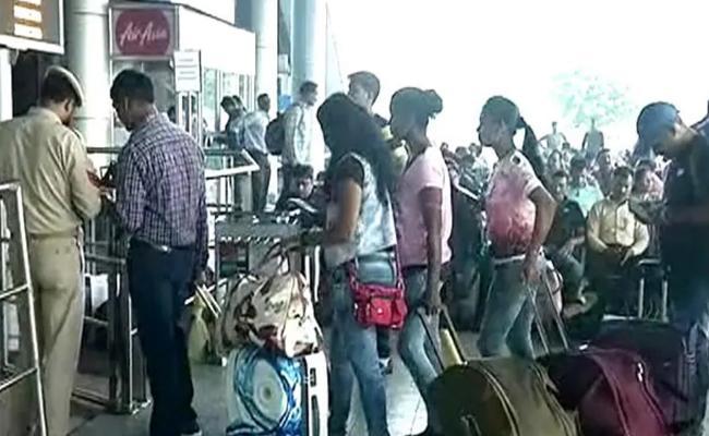 Amarnath Pilgrims Rush To Srinagar Airport - Sakshi