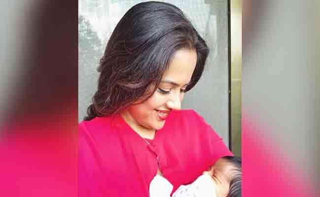 Sameera Reddy Shares Breastfeeding Post With A Special Message - Sakshi