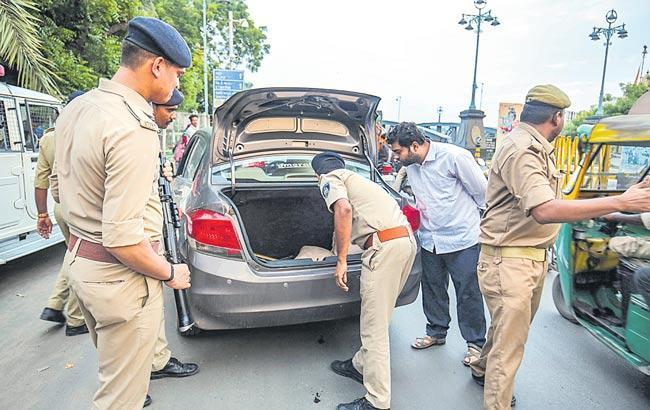 Pakistan terrorists, commandos trying to enter Gujarat - Sakshi