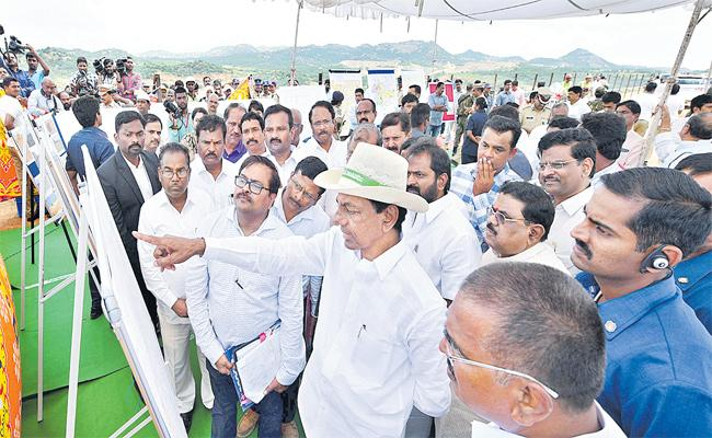 CM KCR Says Pallamuru-Rangareddy Bidding Project Has Been Completed By The Next Kharif - Sakshi