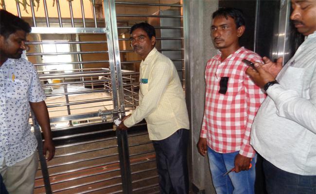 Education department Seized vagheshwari school In Vemulawada - Sakshi