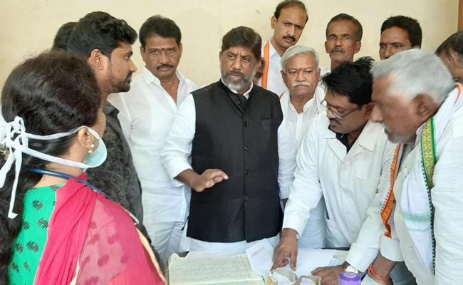 Bhatti Criticized KCR About Facilities in Karimnagar Government Hospital - Sakshi