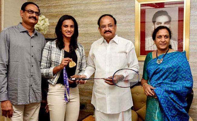 Badminton Star PV Sindhu Meets Vice President Venkaiah Naidu - Sakshi