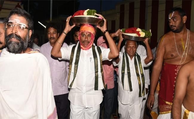 Minister Of State For Endowment Minister Vellampalli Srinivasa Rao Said Steps Will Be Taken To Solve The Problems Faced By The Priests And Develop The Temples - Sakshi