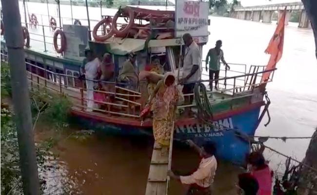 Pregnants Facing Problems Due To Floods In East Godavari - Sakshi