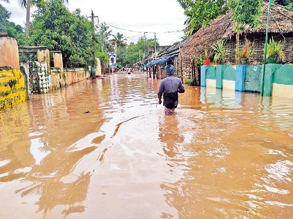 Rising flood flow in the Godavari - Sakshi