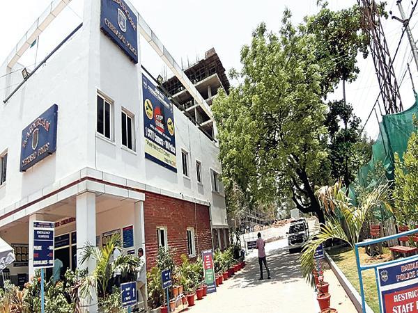 DGP Mahender Reddy likes the Rayadurgam Police Station - Sakshi