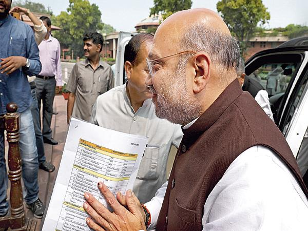 Media captures the photo of documents in the hand of Amit Shah - Sakshi