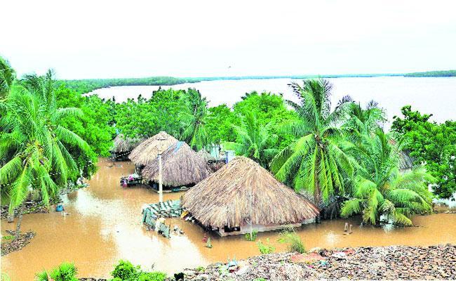 Still Continuous Flow At  Dhavaleswaram First Flood Warning Signal In East Godavari - Sakshi