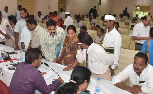 Andhra Pradesh Government Conduct Spandana Program In Guntur - Sakshi
