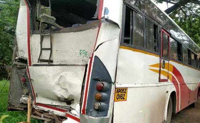 Lorry hits RTC bus in Gannavaram, Bus Driver Killed - Sakshi