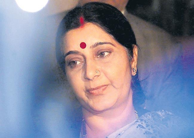 poetic encounters between Sushma, Manmohan Singh enlivened Lok Sabha - Sakshi