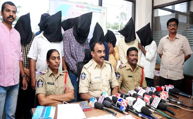 Playing Cards Gang Arrested In Nellore - Sakshi