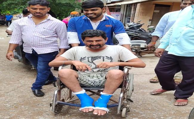 Man Loses Legs While Saving Woman From Fire In Kodad - Sakshi