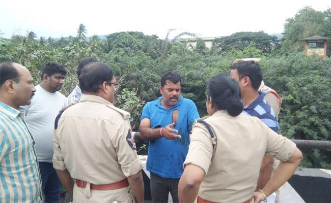 Transport Supervisor robbed of 20 lakhs in visakhapatnam - Sakshi