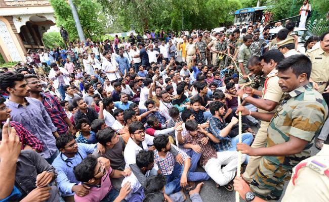 Junior Doctors Protest Against NMC In Tirupati - Sakshi