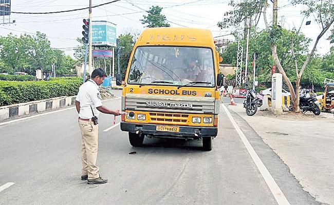 Hyderabad Traffic Police Challans on Heavy Sound Horns - Sakshi