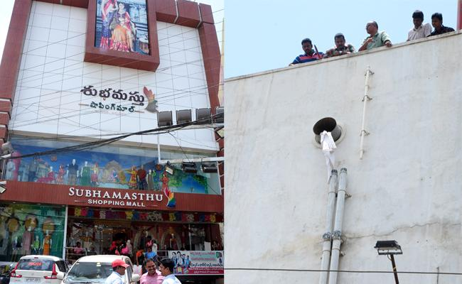 Robbery In Subhamasthu Shopping Mall In Nellore - Sakshi