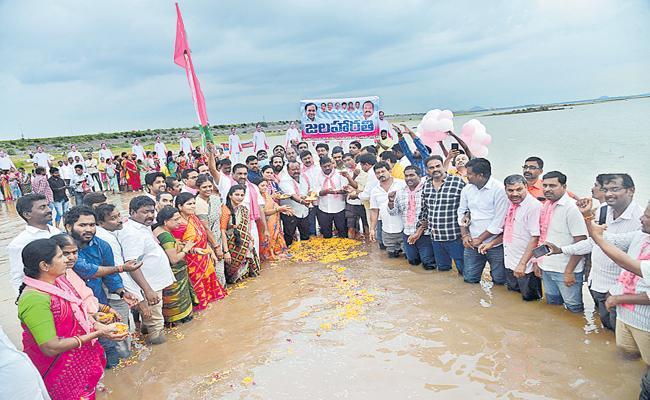 Release of 40 thousand cusecs of water from Madhya Maneru - Sakshi