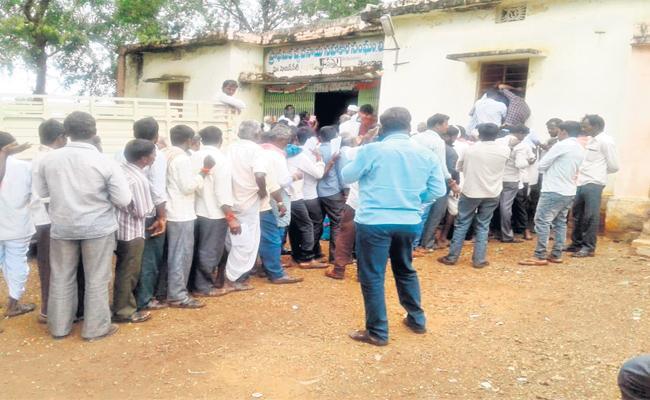 Farmers Facing Urea Scarcity In Vikarabad - Sakshi