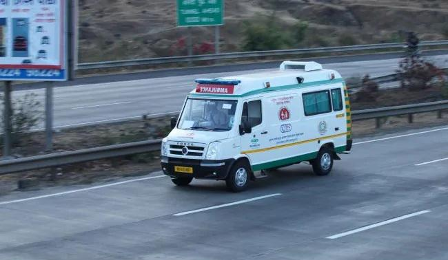 Pune Cops Stop Chief Ministers Convoy For A Noble Cause - Sakshi