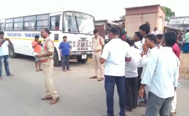 Devarakonda Locals Protest NallaMala Forest Employee - Sakshi