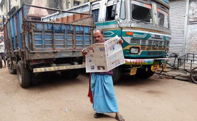 Truck Drivers In Lungi Pay Rs 2000 Fine In Uttar Pradesh - Sakshi