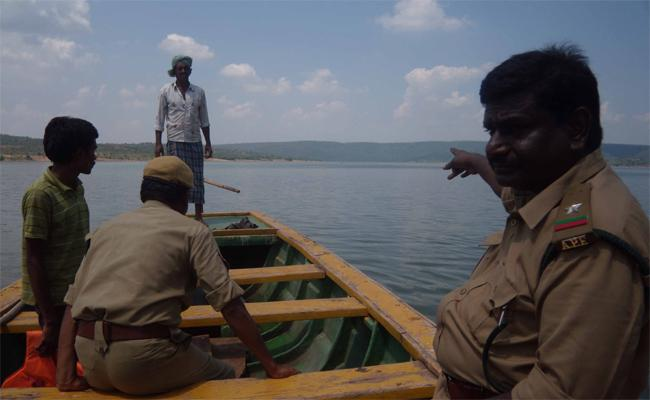 Forest Officers Facing Vulnerability Situations In Kurnool - Sakshi