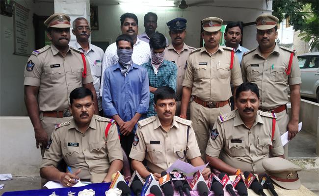 Police Arrested Two Thiefs And Seized 159 Grams Gold In West Godavari - Sakshi