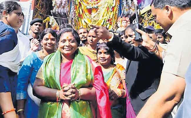 Tamilisai Soundararajan Visits Khairatabad Ganesh Idol - Sakshi