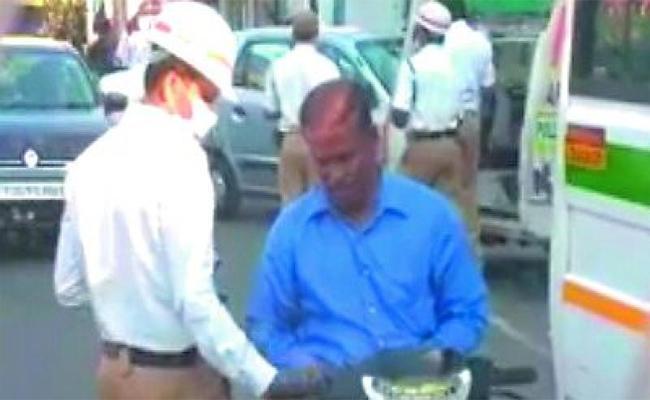 Traffic Police Doing Bribery In Warangal - Sakshi