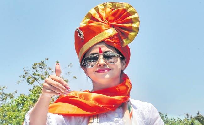 Actress Urmila Matondkar resigns from Congress Party - Sakshi