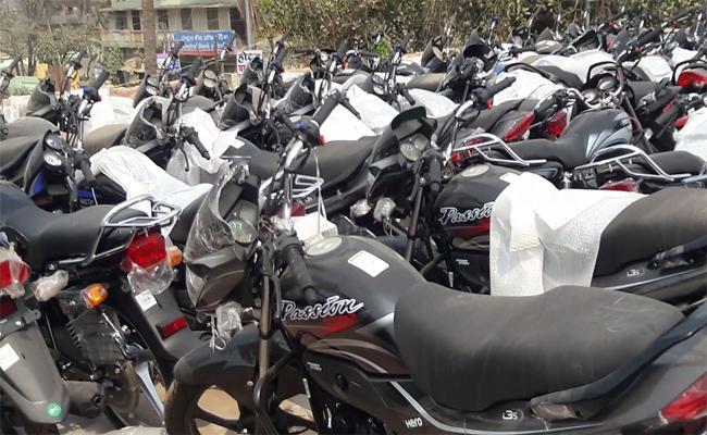 Bike Thief Arrested In Visakhapatnam - Sakshi