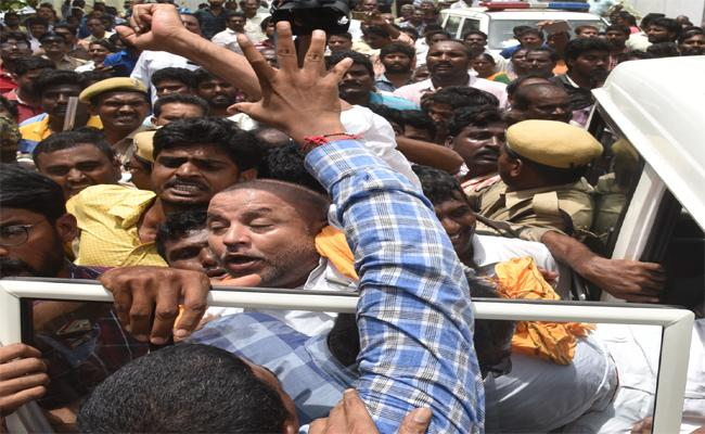 Police Arrested TDP Former MLA Chinthamaneni Prabhakar In West Godavari - Sakshi