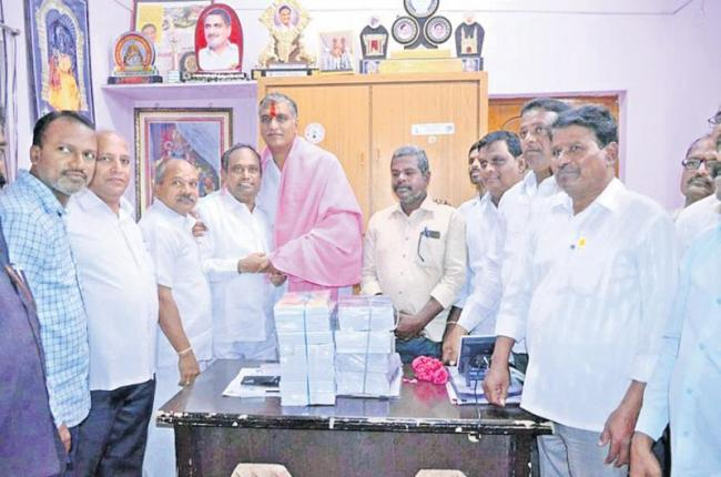 Harish Rao Wants Books And Towels Instead Of Flowers - Sakshi