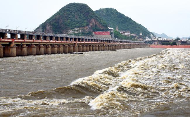 Water Level Has Been Incresing To Prakasam Barriage - Sakshi