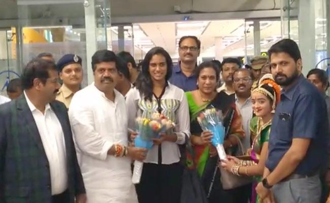 Grand Welcome To PV Sindhu At Gannavaram Airport - Sakshi