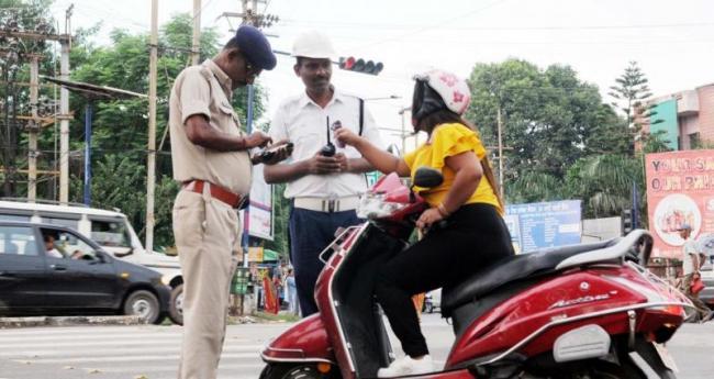 Karnataka to follow Gujarat order, to Cut Traffic Violation Fines - Sakshi
