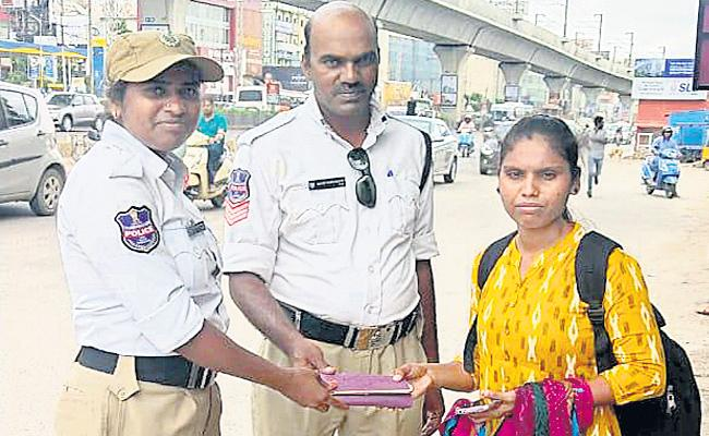 Women Traffic Police Return Missing Purse Hyderabad - Sakshi