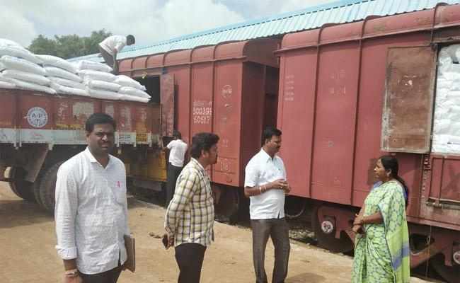 Farmers Overcome Urea Problems In Mahabubnagar - Sakshi
