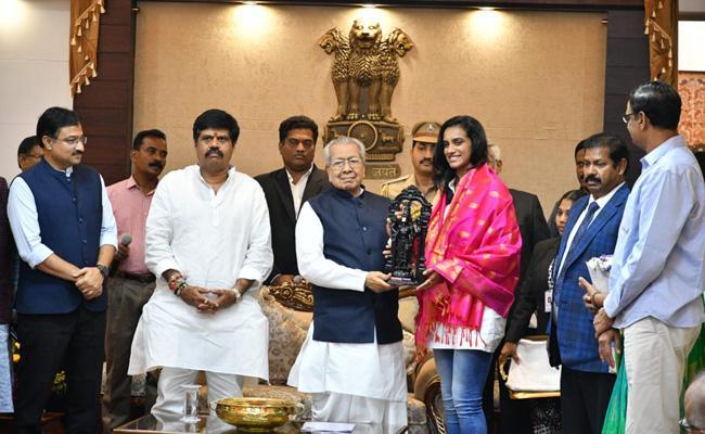 PV Sindhu Meets AP Governor Biswa Bhushan In Raj Bhavan - Sakshi