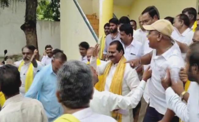 Telangana TDP Leaders Fight In Huzurnagar - Sakshi