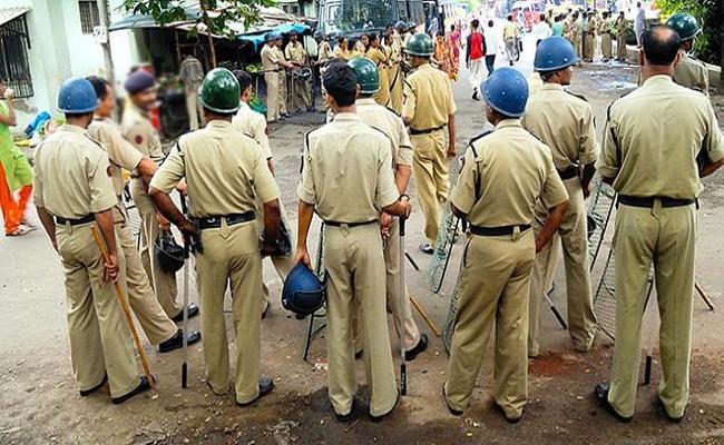 Police Rude Behaviour At Barashahid Dargah In Nellore - Sakshi